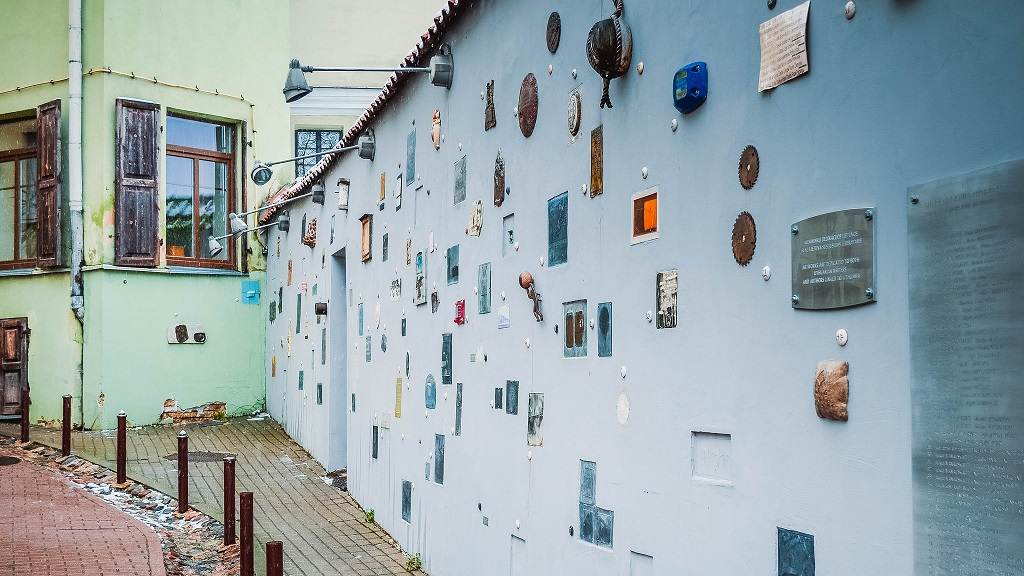 """Улица Литерату и """"литературная"""" стена в Вильнюсе"""