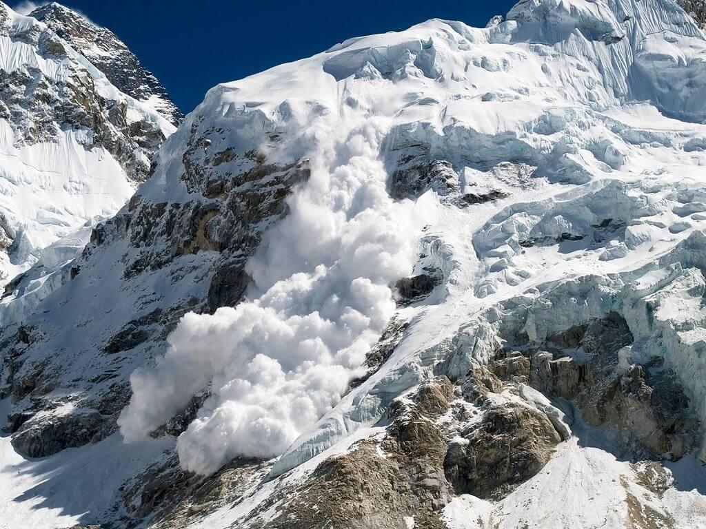 Сход лавины в Гималаях