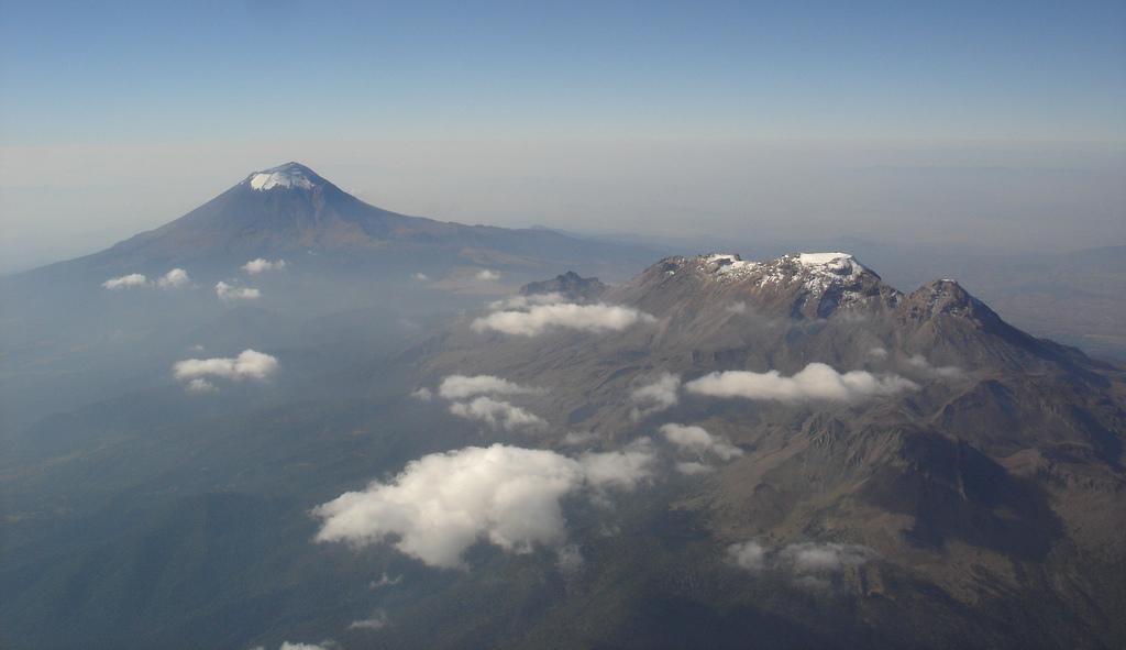 Вулканы Попокатепетль и Истаксиуатль