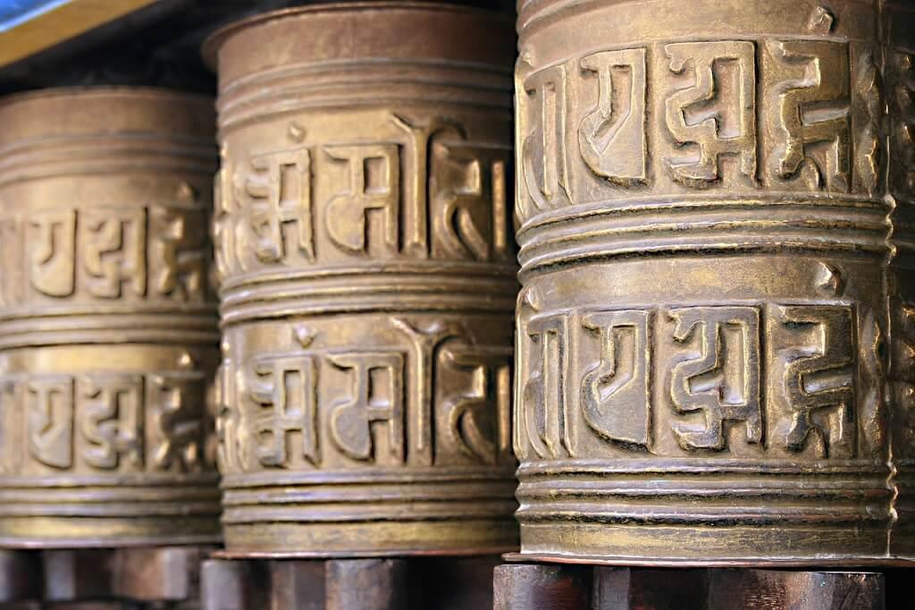 Молитвенные барабаны в буддистском монастыре